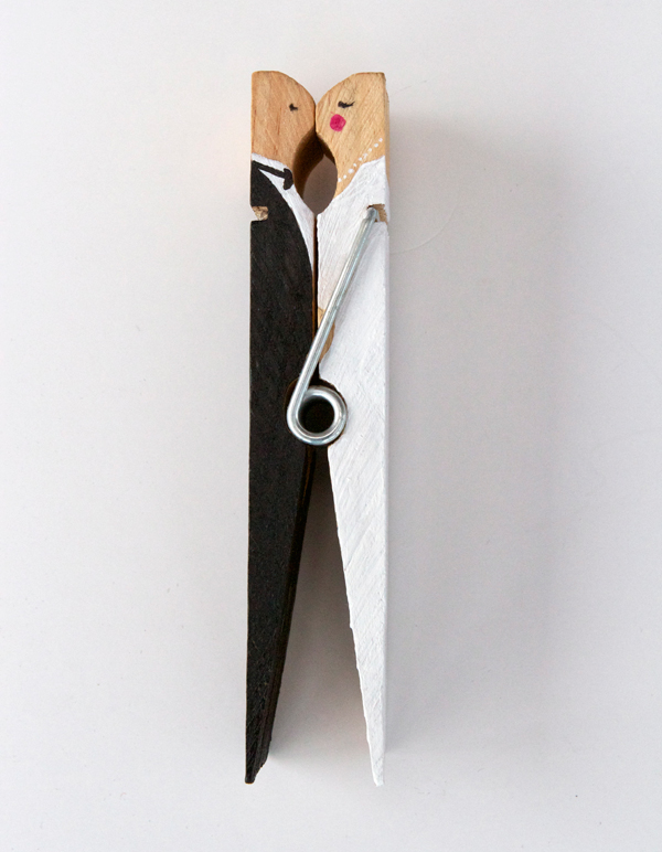 DIY: Kissing clothespin cake topper 1