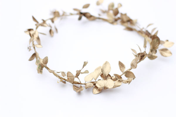 DIY: How to make a holiday leaf crown 16