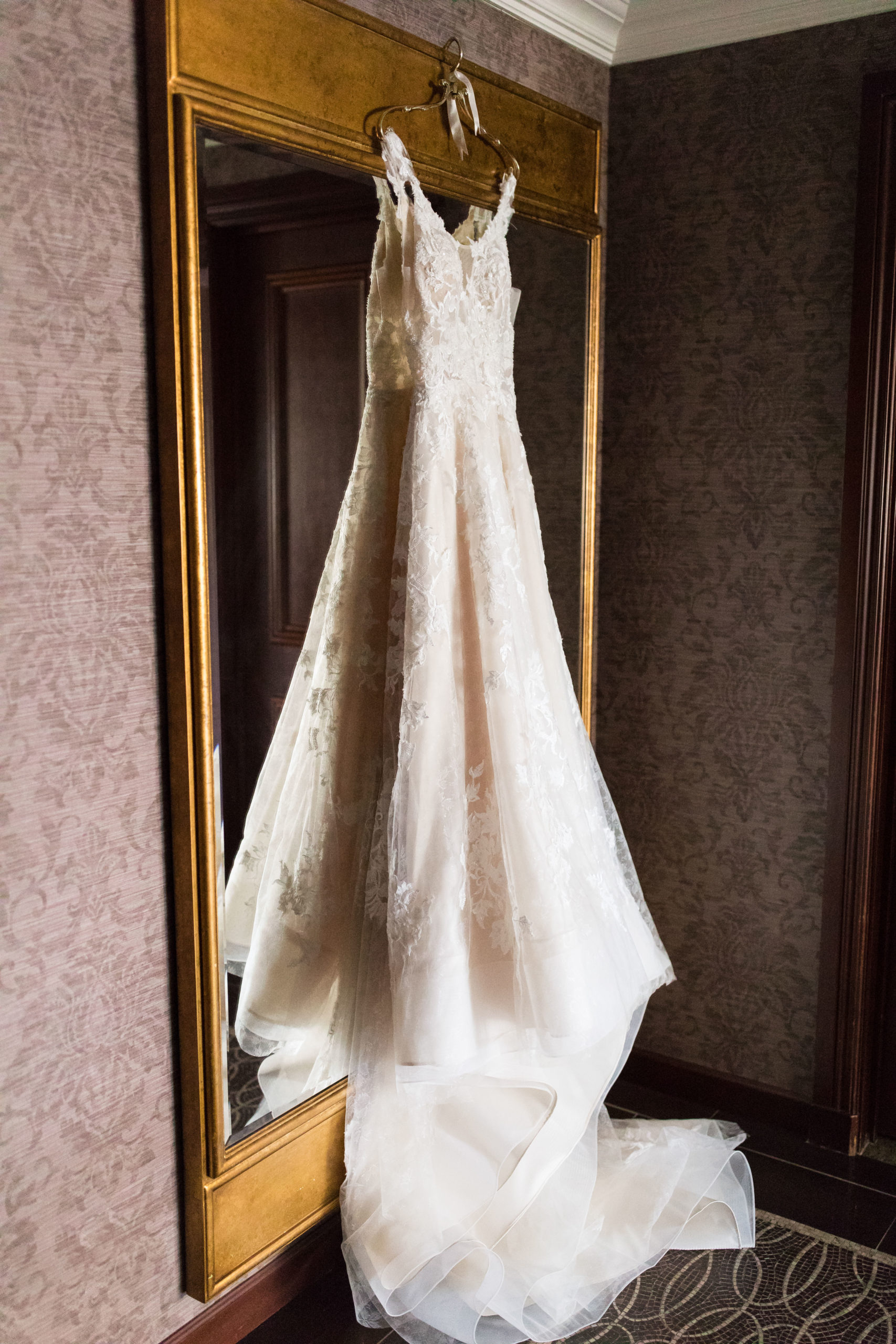 Elegant Lace and Tulle Wedding Gown